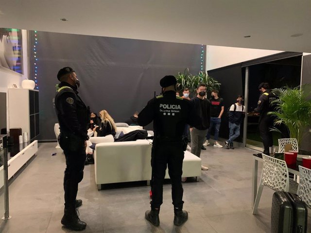 La Guàrdia Urbana desmantella una macrofesta il·legal a Badalona (Barcelona).