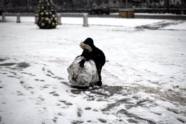 Archivo - Un niño juega con la nieve en la calle en el segundo día de nieve en la capital tras el paso de la borrasca Filomena, en Madrid (España), a 8 de enero de 2021. La Comunidad de Madrid ha activado hoy el nivel 2 del Plan de Inclemencias Invernales
