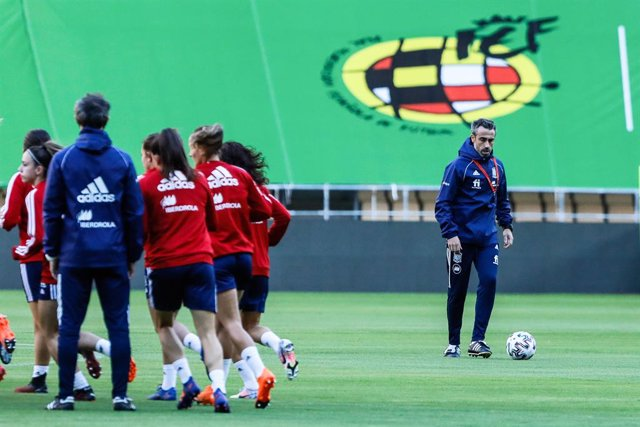 Archivo - Jorge Vilda during the training of the Spanish women's soccer team for the Euro 2022 qualifier at La Cartuja Olympic Stadium on October 22, 2020 in Sevilla, Spain.