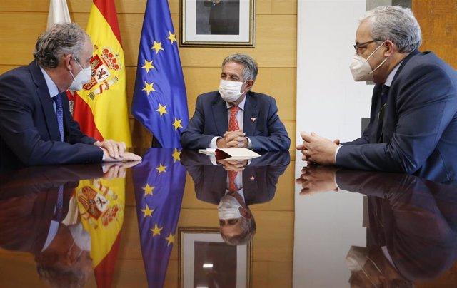 El presidente de Cantabria, Miguel Ángel Revilla, recibe al presidente del Consejo General de Colegios Oficiales de Médicos de España, Tomás Cobo.