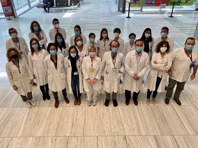 El equipo del Hospital de la Santa Creu i Sant Pau de Barcelona que ha administrado el primer CAR-T de producción propia para linfoma de Hodgkin y no-Hodgkin T
