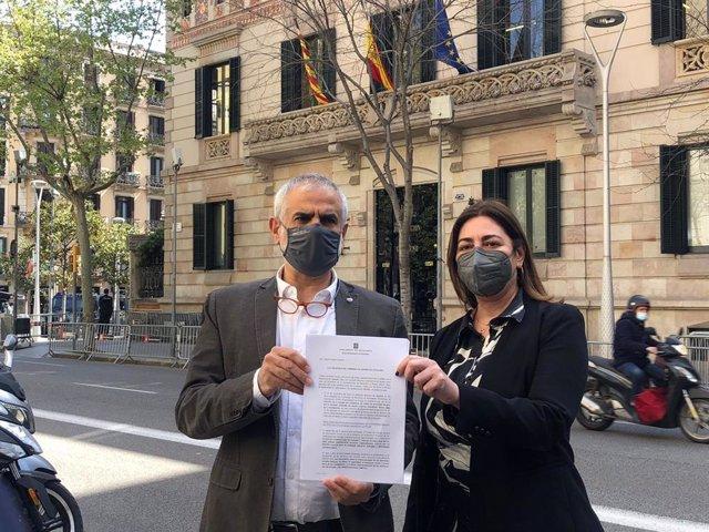 El líder de Cs a Catalunya, Carlos Carrizosa, a la Delegació del Govern espanyol amb la presidenta de Cs a l'Ajuntament de Barcelona, Luz Guilarte, per denunciar la discriminació que creuen que pateixen la Policia Nacional i la Guàrdia Civil a Catalunya.