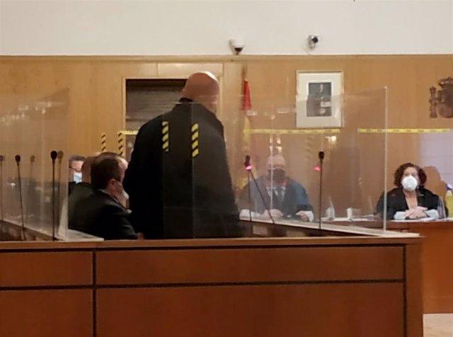 Uno de los dos hermanos acusados, de espaldas, durante el juicio celebrado en la Audiencia de Valladolid.