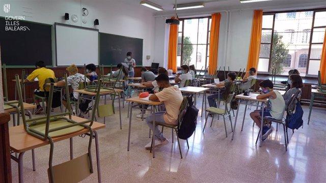 Archivo - Alumnos en el IES Ramon Llull en el primer día de clases del curso.