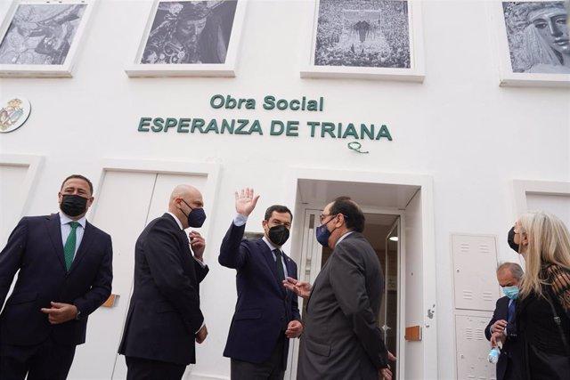 Juanma Moreno (segundo por la derecha), este lunes en Sevilla