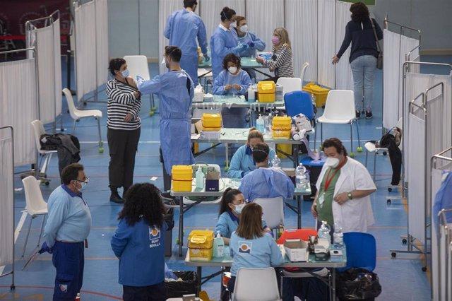 Administración de la vacuna contra la COVID-19 de AstraZeneca en el pabellón SADUS Sevilla (Andalucía, España), a 24 de marzo de 2021.