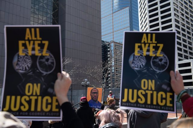 28 March 2021, US, Minneapolis: People take part in a protest outside the Hennepin County Courthouse a day before the trial of Minneapolis police Officer Derek Chauvin in the death of George Floyd. Floyd is an African American man killed during an arrest