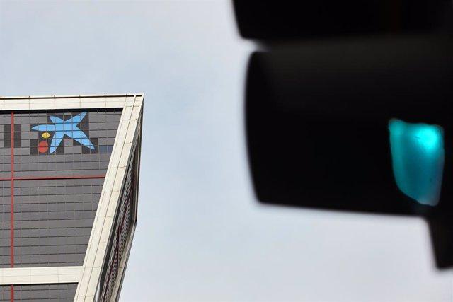 El logo de Caixabank tras la sustitución por el de Bankia en las torres Kio, en Madrid (España).