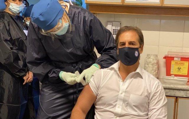 El presidente de Uruguay, Luis Lacalle Pou, recibe la primera dosis de la vacuna contra la COVID-19.