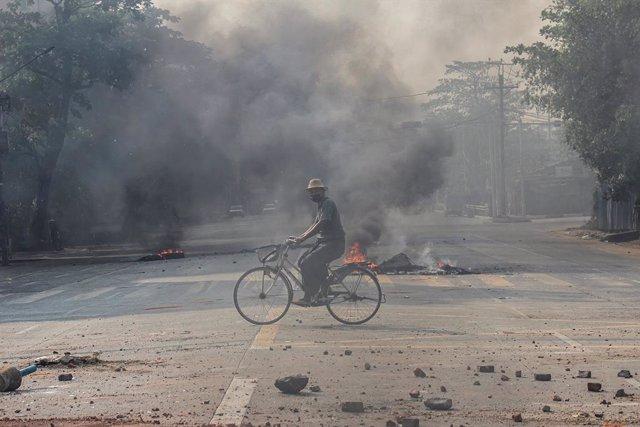 Barricadas de neumáticos incendiados durante las protestas y manifestaciones contra el golpe de Estado en  Rangún, Birmania