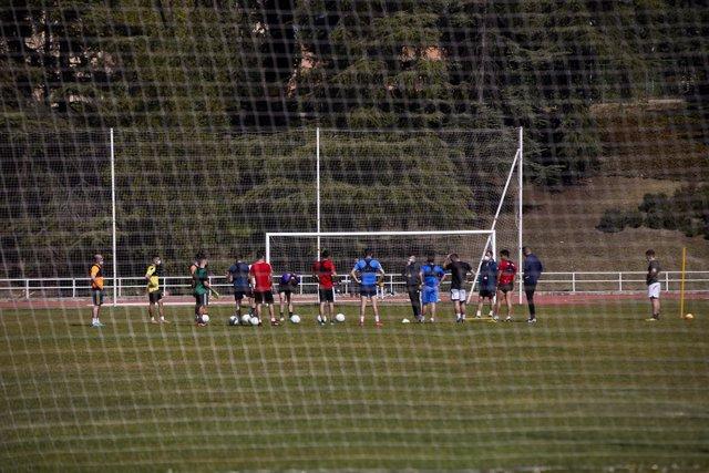 Un equipo de fútbol femenino en un campo de fútbol durante la presentación del proyecto para abordar el modelo de profesionalización de la Liga Femenina de Fútbol, en el Centro de Alto Rendimiento del CSD, en Madrid (España), a 25 de marzo de 2021. Este e