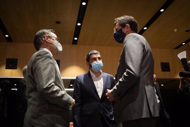 Els consellers Ramon Tremosa i Chakir el Homrani i el director de Relacions Institucionals i Regulació d'Endesa, José Casas Marín