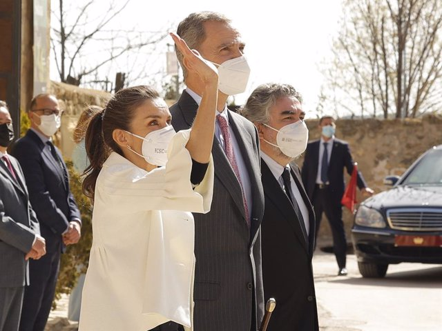 Los Reyes Letizia y Felipe VI saludan a su llegada a la Casa natal de Goya