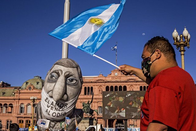 Archivo - Un hombre frente a la Casa Rosada en Buenos Aires en plena pandemia del coronavirus.