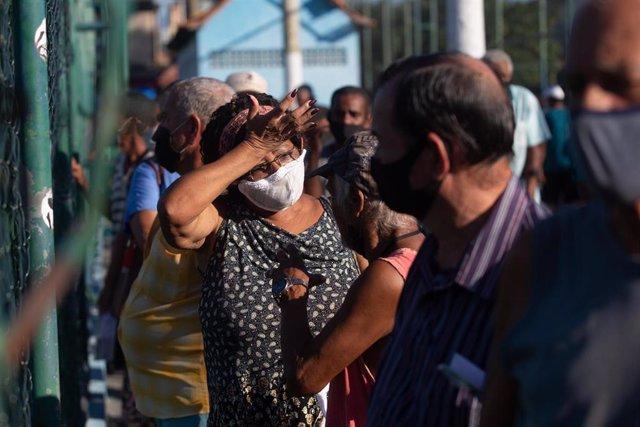 Cola de vacunación contra la COVID-19 en Duque de Caxias, Brasil.