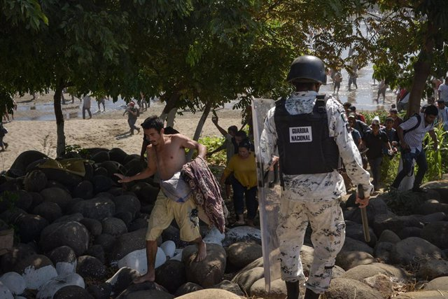 Archivo - 20 January 2020, Mexico, Chiapas: Members of the Mexican National Guard try to block migrants, as the Central American migrants caravan arrives at the border between Mexico and Guatemala on its way to the US. Photo: Especial/NOTIMEX/dpa