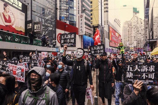 Archivo - 01 January 2020, China, Hong Kong: Protesters match with placards and banners during the pro-democracy New Year's Day march. Photo: Liau Chung-Ren/ZUMA Wire/dpa