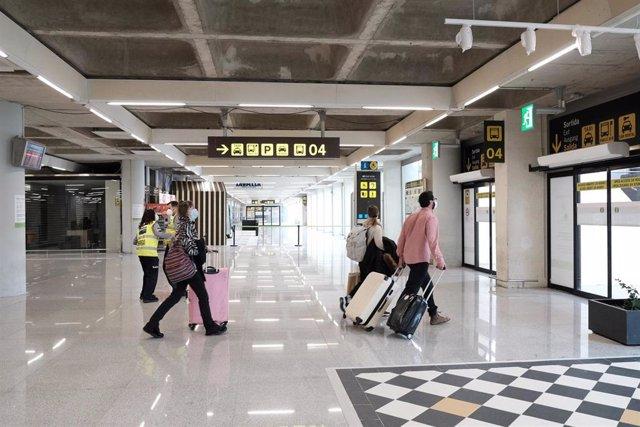 Archivo - Pasajeros con equipajes en el aeropuerto de Palma.