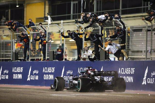 44 HAMILTON Lewis (gbr), Mercedes AMG F1 GP W12 E Performance, mechanic, celebration during Formula 1 Gulf Air Bahrain Grand Prix 2021 from March 26 to 28, 2021 on the Bahrain International Circuit, in Sakhir, Bahrain - Photo DPPI