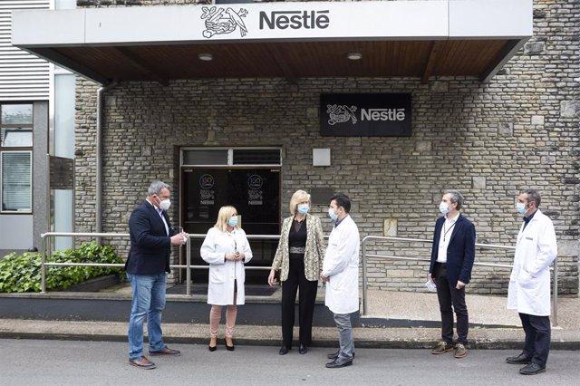 La consejera de Educación y Formación Profesional, Marina Lombó, en el centro de Nestlé de La Penilla, con motivo de la firma de un convenio decolaboración entre el Gobierno de Cantabria y Nestlé España