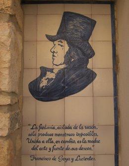 Cerámica de Muel con un retrato de Francisco de Goya que se puede ver en una de las calles de su localidad natal, Fuendetodos (Zaragoza).