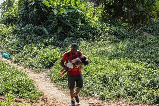 Un hombre migra hacia Estados Unidos a través de la selva de Darién, entre Colombia y Panamá.