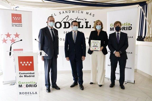 El consejero de Hacienda y Función Pública, Javier Fernández-Lasquetty, entreg el sello GarantíaMadrid a la cadena Rodilla
