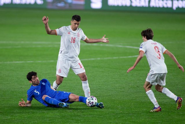 "Andreas Bouchalakis of Greece and Rodrigo ""Rodri"" Hernandez of Spain during the FIFA World Cup 2022 Qatar qualifying match between Spain and Greece at Estadio Nuevo Los Carmenes on March 25, 2021 in Granada, Spain."
