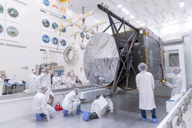 Ingenieros supervisan la llegada del chasis de la nave Psyche al JPL