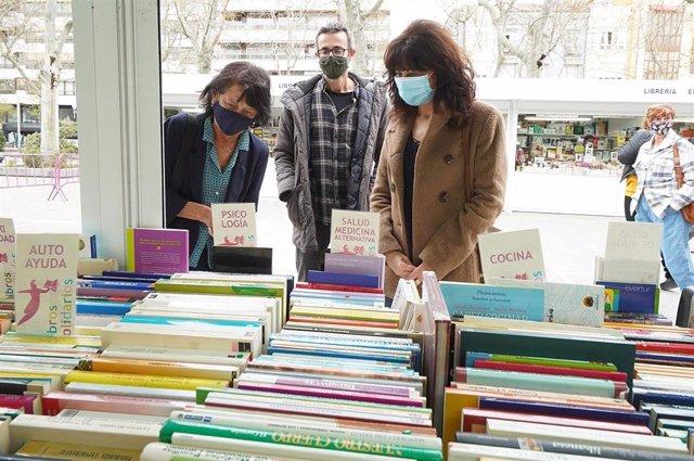 Ana Redondo (derecha) visita la feria en compañía de Elisa Delibes (izquierda).