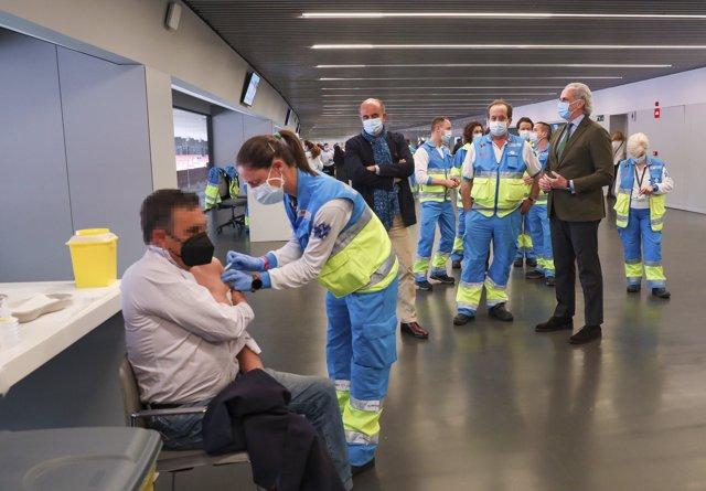 El consejero de Sanidad de la Comunidad de Madrid, Enrique Ruiz Escudero, acompañado del viceconsejero de Salud Pública y Plan COVID-19 de la Comunidad de Madrid, Antonio Zapatero, visita el punto de vacunación instalado en el Estadio Wanda Metropolitano