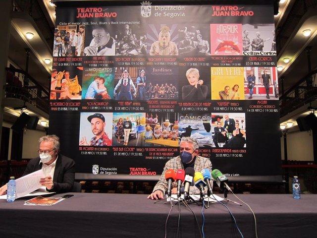 El diputado de Cultura (D) y el director del teatro (I).