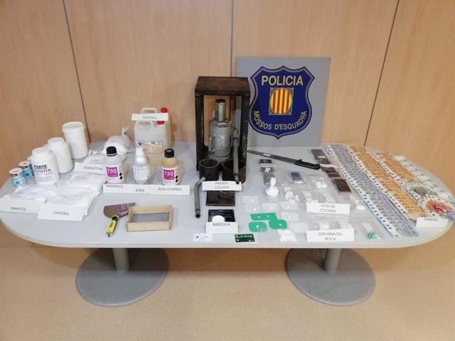 Material confiscat durant l'entrada i l'escorcoll en un punt de venda de cocaïna en un pis de Viladecans (Barcelona)