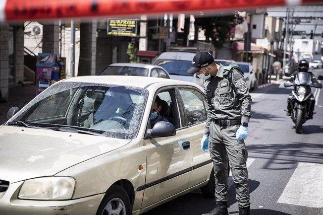 Archivo - Un miembro de la Policía de Israel durante la pandemia de coronavirus