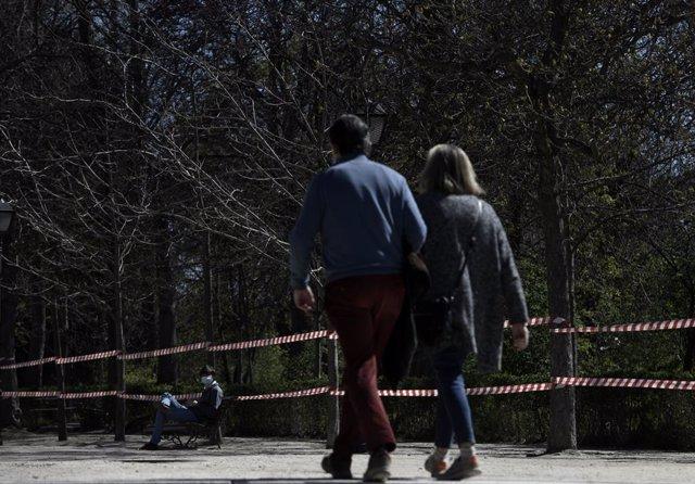 Transúentes disfrutan en el Parque de El Retiro, el día en el que ya es accesible el 80% de su extensión. La nevada histórica que cayó en Madrid el pasado 8 de enero dañó un 68 por ciento del arbolado de este parque, alrededor de 32.500 árboles. Ante el p