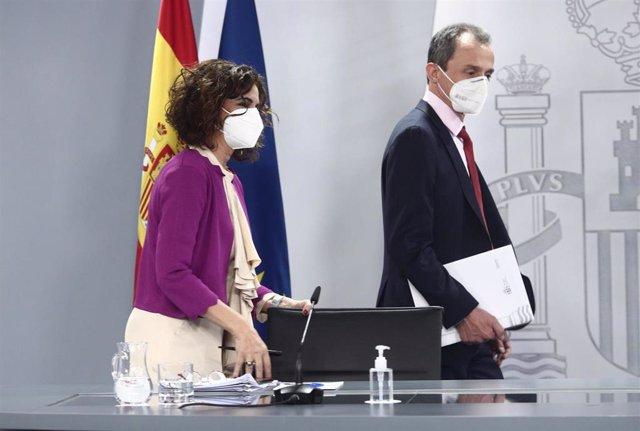 La ministra de Hacienda y portavoz del Gobierno, María Jesús Montero (i), y el ministro de Ciencia e Innovación, Pedro Duque (d), se dirigen a ofrecer una rueda de prensa tras el Consejo de Ministros, en La Moncloa, en Madrid (España), a 30 de marzo de 20