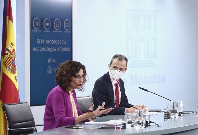 La ministra d'Hisenda i portaveu del Govern central, María Jesús Montero (e), i el ministre de Ciència i Innovació, Pedro Duque (d), ofereixen una roda de premsa després del Consell de Minsitres, a La Moncloa. Madrid (Espanya), 30 de març del 2021.