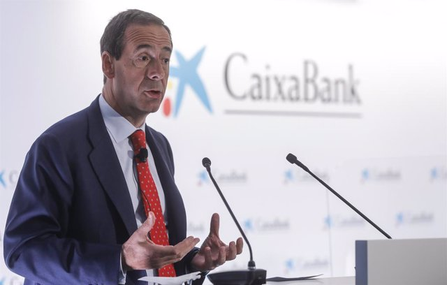 El consejero delegado de la entidad, Gonzalo Gortázar, interviene durante una rueda de prensa en la Sede social de CaixaBank, en la Sede social de CaixaBank, Valencia, Comunidad Valenciana, (España), a 26 de marzo de 2021. El proceso de fusión de CaixaBan