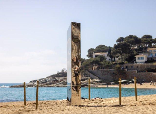 Un monòlit de metall d'uns dos metres d'alçada a la sorra de la platja de Sa Conca de Castell-Platja d'Aro (Girona), el 30 de març del 2021.