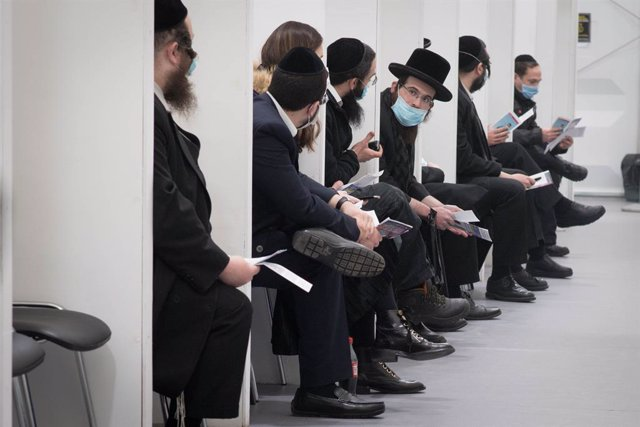 21 March 2021, United Kingdom, London: Members of the Jewish community in north London wait to receive their Coronavirus (Covid-19) vaccination at the John Scott Vaccination Centre in Green Lanes, where Hatzola, in partnership with the NHS and Hackney Cou