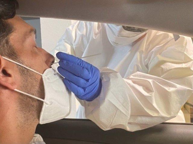 Un sanitario realiza un PCR