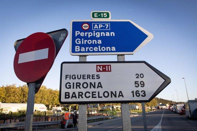 Archivo - Indicació de l'AP-7 en direcció Perpinyà, Girona i Barcelona i de la N-II en direcció Figueres, Girona i Barcelona (Arxiu)