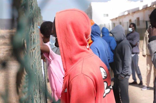 Un inmigrante, en el campamento de acogida de El Matorral, en Puerto del Rosario, Fuerteventura, Canarias (España), a 16 de marzo de 2021. El PP de Canarias aboga por la reactivación de los convenios de devolución entre España y los países de origen.