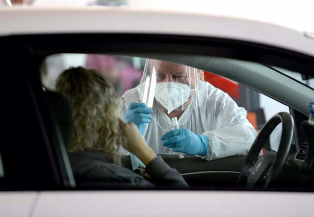 Archivo - 19 June 2020, Luxembourg, Bascharage: Amedical worker prepares to take a swab sample at a coronavirus (Covid-19) drive-thru testing center. Luxembourg is testing its entire population and cross-border workers from Germany, France and Belgium fo