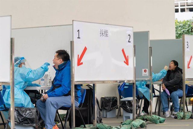 Archivo - 16 December 2020, China, Hong Kong: Health workers conduct tests for coronavirus (COVID-19) at a makeshift COVID-19 testing centre near a public housing estate. Photo: Geovien So/SOPA Images via ZUMA Wire/dpa