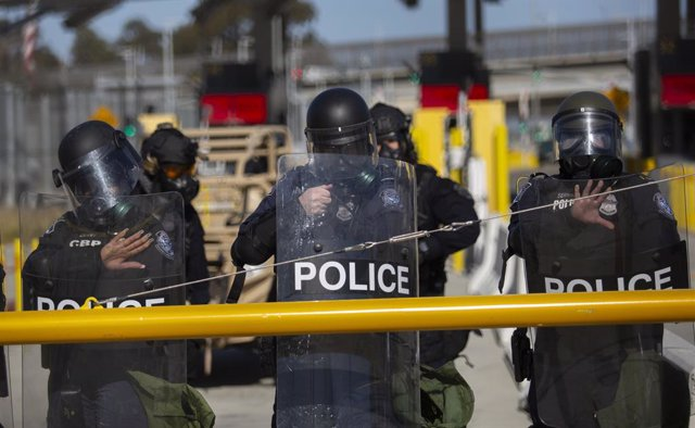 17 March 2021, Mexico, San Ysidro: Members of the US Border Patrol (CBP) take part in an exercise at the San Ysidro border crossing with the aim, of preventing a potential illegal influx of migrants. A day earlier, former US President Trump warned of a cr