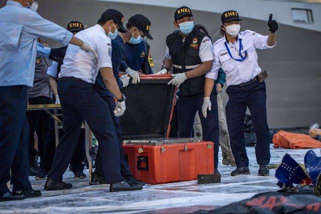 Archivo - Recuperación de una de las 'cajas negras' del vuelo de Sriwijaya Air siniestrado en Indonesia