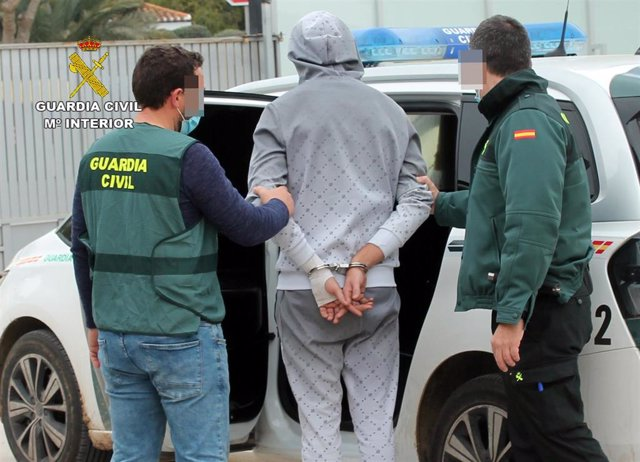 El detenido, custodiado por la Guardia Civil