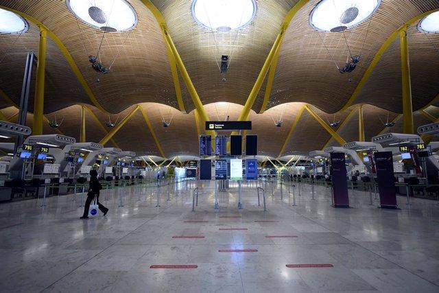 Archivo - Terminal T4 casi vacía en el Aeropuerto de Madrid-Barajas Adolfo Suárez, en Madrid (España).