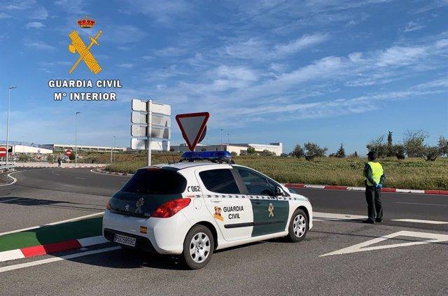 Archivo - Dispositivo de control en carreteras por parte de la Guardia Civil